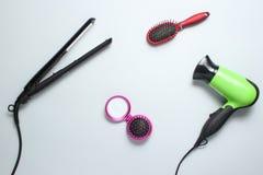 Hairdryer, fryzowania żelazo, hairbrush, lustro zdjęcia royalty free