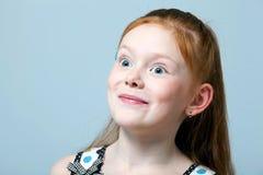 haired förvånad ståendered för flicka royaltyfria bilder