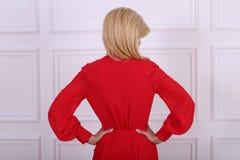 haired lång röd kvinna för härlig klänning Royaltyfria Bilder