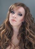 haired lång ståendekvinna för skönhet Arkivfoton
