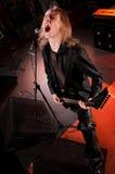 haired långt leka sjunga för gitarrist arkivfoton
