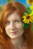 haired röd solroskvinna Arkivfoto