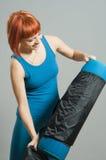 haired röd yoga för konditionflicka Royaltyfri Bild