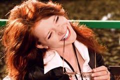 haired skratta ståendered för flicka Arkivbild