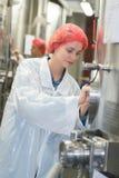 Hairnet команды биолога говоря и нося в фабрике Стоковые Фото