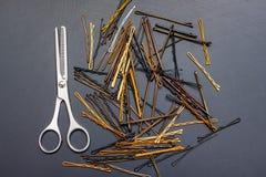 Hairpins и ножницы Invisibles в ` s парикмахера на черном t Стоковые Фото