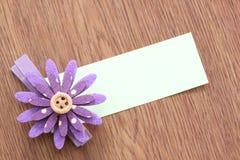Hairpins фиолетовых цветка и бумаги примечания Стоковое Фото
