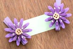 Hairpins фиолетовых цветка и бумаги примечания Стоковые Изображения