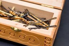 Hairpins Invisibles в ларце на таблице в hairdressi Стоковые Изображения RF