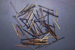 Hairpins Invisibles в ` s парикмахера на черной таблице, который нужно создаться Стоковое фото RF