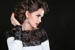 hairstyle αναδρομικός Όμορφη γυναίκα Brunette Πορτρέτο μόδας με Στοκ φωτογραφία με δικαίωμα ελεύθερης χρήσης