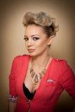 Hairstyle και Makeup, πανέμορφο θηλυκό πορτρέτο τέχνης με τα όμορφα μάτια κομψότητα Γνήσιος φυσικός ξανθός με την κοντή τρίχα στο Στοκ Εικόνες
