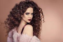 hairstyle Κορίτσι brunette μόδας με τη μακριά σγουρή τρίχα, ομορφιά μΑ Στοκ Εικόνα