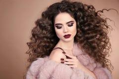 hairstyle σγουρό τρίχωμα Ομορφιά Makeup Κορίτσι brunette μόδας με Στοκ φωτογραφία με δικαίωμα ελεύθερης χρήσης