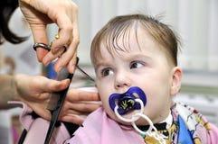 Hairstyle την πρώτη φορά παιδιών ενός έτους βρεφών στοκ εικόνα