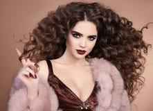 hairstyle Τρίχα ομορφιάς Κορίτσι brunette μόδας με το μακροχρόνιο σγουρό εκτάριο Στοκ φωτογραφία με δικαίωμα ελεύθερης χρήσης