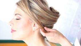 Hairstyle, χέρια του κομμωτή για να εργαστεί στην τρίχα του πελάτη στο σαλόνι απόθεμα βίντεο