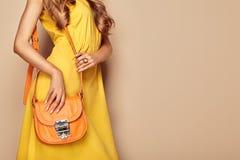 Ξανθή νέα γυναίκα στο κίτρινο θερινό φόρεμα άνοιξης στοκ εικόνα