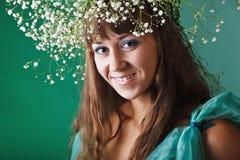 Γυναίκα γοητείας με το σύγχρονο σγουρό hairstyle Στοκ εικόνες με δικαίωμα ελεύθερης χρήσης