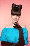 Τόξο Hairstyle Κομψό πρότυπο κοριτσιών εφήβων μόδας ομορφιάς όμορφος Στοκ Φωτογραφίες