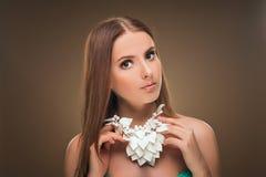 hairstyle Beleza Girl Portrait modelo 'sexy' com composição e tratamento de mãos perfeitos Imagens de Stock Royalty Free