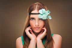 hairstyle Beleza Girl Portrait modelo 'sexy' com composição e tratamento de mãos perfeitos Imagens de Stock