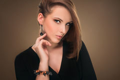 hairstyle Beleza Girl Portrait modelo 'sexy' com composição e tratamento de mãos perfeitos Foto de Stock Royalty Free