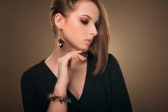 hairstyle Beleza Girl Portrait modelo 'sexy' com composição e tratamento de mãos perfeitos Imagem de Stock