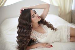 hairstyle Bella ragazza castana della sposa con ondulato sano lungo fotografia stock libera da diritti