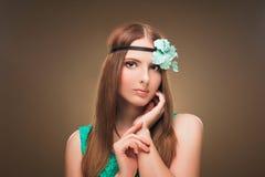 hairstyle Belleza Girl Portrait modelo atractivo con maquillaje y la manicura perfectos Imagenes de archivo