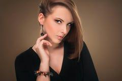 hairstyle Belleza Girl Portrait modelo atractivo con maquillaje y la manicura perfectos Foto de archivo libre de regalías