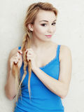 hairstyle Cabelo de trança da trança do adolescente louro da mulher Fotos de Stock Royalty Free