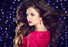 hairstyle maquillaje Mujer atractiva morena con earrin de la moda Fotografía de archivo