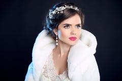 hairstyle Menina do inverno no casaco de pele luxuoso da forma Denominando o cabelo Imagens de Stock