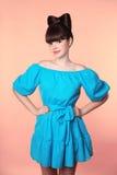 hairstyle Mooi glimlachend meisje met booghaar het stellen in blauwe D Stock Fotografie