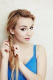 hairstyle Pelo de trenzado de la trenza del adolescente rubio de la mujer Fotos de archivo libres de regalías