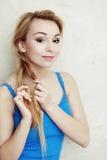hairstyle Pelo de trenzado de la trenza del adolescente rubio de la mujer Foto de archivo libre de regalías