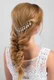 hairstyle Raccolto nei capelli biondi della treccia con una bella decorazione immagine stock libera da diritti