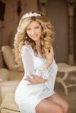 hairstyle Retrato de una novia sonriente hermosa Wi de la mujer joven Fotos de archivo libres de regalías