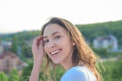 Υγιέστερη τρίχα από τη ρίζα στην άκρη Λατρευτό κορίτσι με το μακροχρόνιο hairstyle Όμορφο κορίτσι με το φυσικό κυματιστό hairstyl στοκ εικόνα