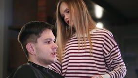 Hairstyling del ` s de los hombres y el haircutting en un salón de la peluquería de caballeros o de pelo Preparación del pelo bar almacen de metraje de vídeo