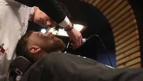 Hairstyling del ` s degli uomini e haircutting in un negozio di barbiere o in un salone di capelli Governare la barba barbershop  video d archivio