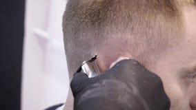 Hairstyling del ` s degli uomini e haircutting in un negozio di barbiere o in un salone di capelli video d archivio