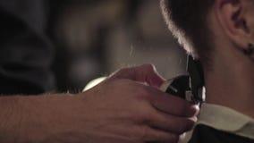 Hairstyling del ` s degli uomini e taglio dei capelli in un salone di capelli o del parrucchiere stock footage