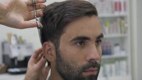 Hairstyling del ` s degli uomini in un salone di capelli o del parrucchiere barbershop video d archivio
