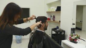 Hairstyling del ` s degli uomini in un salone di capelli o del parrucchiere barbershop stock footage