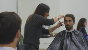 Hairstyling del ` s degli uomini in un salone di capelli o del parrucchiere barbershop archivi video