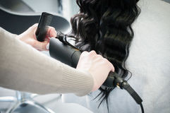 Hairstyling pour les cheveux bouclés Images stock