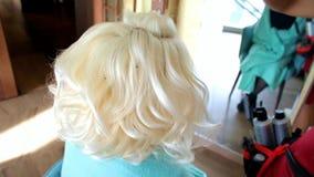 Hairstyling proces Mistrz robi fryzury dziewczyny Fryzura panna młoda zdjęcie wideo