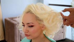 Hairstyling proces Mistrz robi fryzury dziewczyny Fryzura panna młoda zbiory wideo